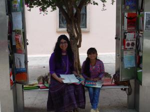 Verónica Cortés Sandoval, mediadora de lectura de Palalibros; Gema Pérez Rojas, lectora y estudiante de quinto año de primaria. Fotografía: Eduardo Estala Rojas.